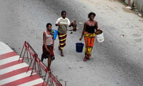 Women look for water in Abidjan