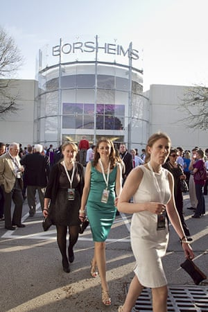 Berkshire Hathaway: Shareholders walk past the facade of Borsheims
