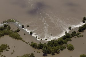 Mississippi floods: Floodwaters creep inland