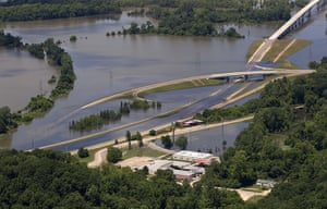 Mississippi floods: closed Highway 61 north of Vicksburg