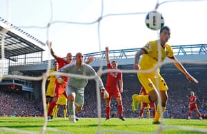 Premier League 2010-11: Arsenal score an equaliser after a tussle between Reina & Chamakh