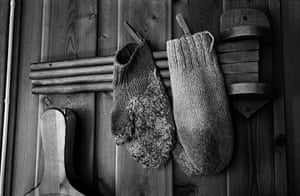 Elin Hoyland: Mittens hung with pegs