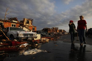 Tornadoes in US: Volunteers look through the rubble for victims in Joplin, Missouri