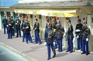 G8 summit: French soldiers shelter from the wind before the arrival of the G8 leaders