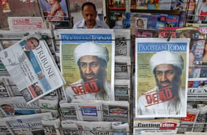 Pakistan : A roadside vendor sells newspapers about Osama bin Laden, in Lahore