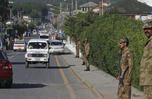 Pakistan : Pakistan army soldiers stand guard near the compound