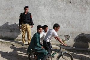 Pakistan : Local children pass the compound