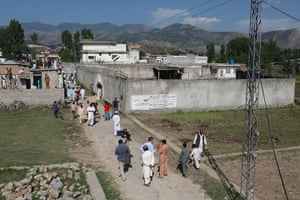 Pakistan : Media and bystanders outside the compound