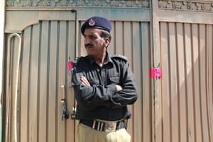 Pakistan : A police man outside the sealed front gate