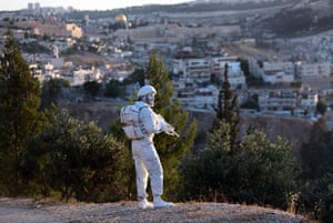 24 hours in pictures:  former Israeli soldier turned artist does an art performance