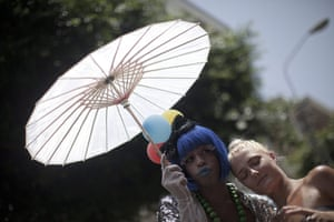 Gay Pride in Tel Aviv: A drag queen and a young women embrace