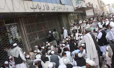 Customers wait outside Kabul Bank, Kabul to empty their accounts as the bank collapsed, Sep 2010.