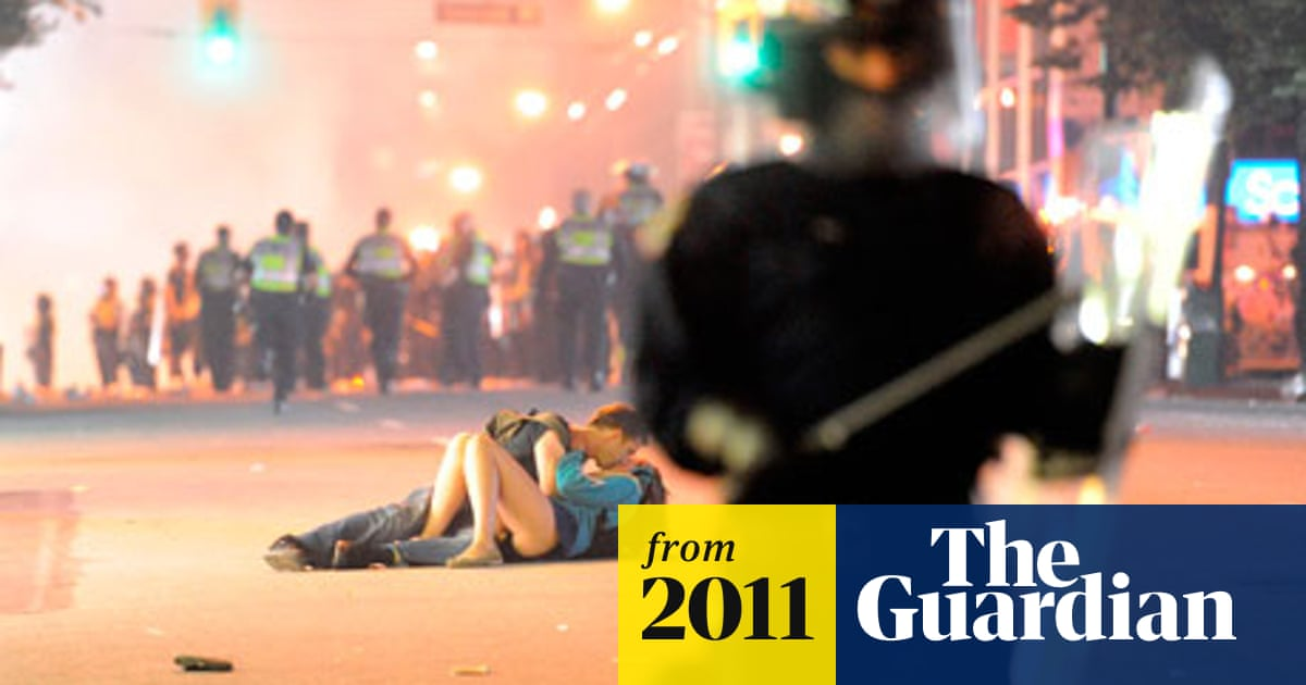 Vancouver kiss couple 'were knocked down by riot police