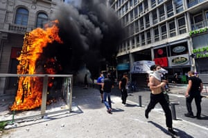 Greece strikes : Protesters run away from riot police