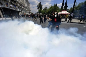 Greece strikes : Protesters amid clouds of teargas