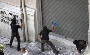 Greece strikes : Demonstrators chip away at buildings