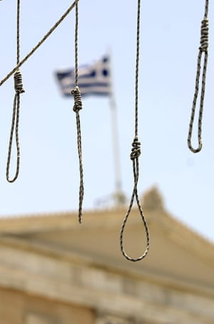 Greece strikes : A gallows set up by demonstrators in front of the Greek parliament