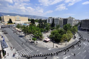 Greece strikes : Riot police surround Syntagma square
