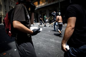 Greece strikes : Protesters prepare to throw stones at police
