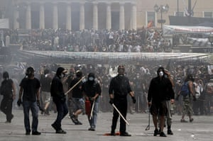 Greece strikes : Demonstrators confront police in front of parliament
