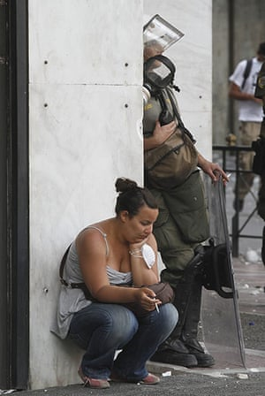 Greece strikes : A protester and a riot policeman take a cigarette break together
