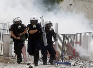 Greek strike day 2: Riot police run to avoid stones in Syntagma square