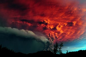 Puyehue volcano : A cloud of ash billowing from Puyehue