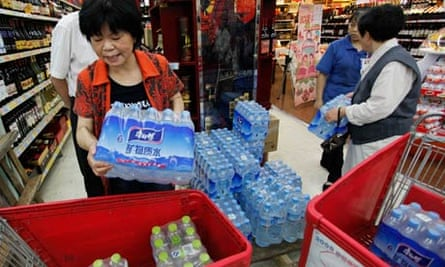 Customers stock up on bottled water in Hangzhou