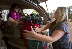 Arizona Wildfires: Amy Downer packs the back of an SUV