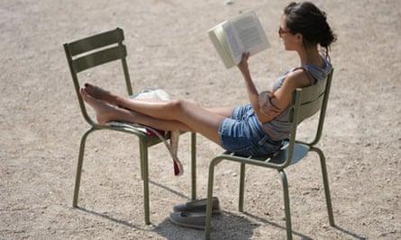 A women reads in a paris heatwave