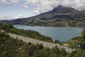 Tour de France stage 17: The peloton passes Serre Poncon lake at Savines le Lac