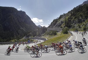 TDF Stage 17: The peloton snakes downhill
