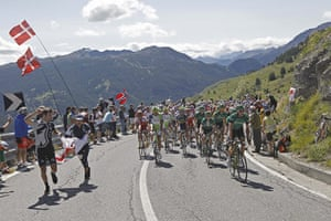 TDF Stage 17: The peloton climbs towards Sestrieres
