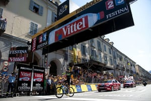 TDF Stage 17: Fans cheer as Edvald Boasson Hagen celebrates as he crosses the finish line