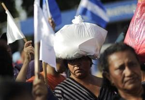 FTA: Jorge Dan Lopez: Central American women make their way through the border bridge