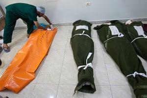 Misrata hospital: Dead rebel fighters are prepared for burial