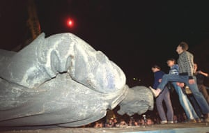 Moscow  coup: 23 August: People step on the head of a statue of Dzerzhinsky
