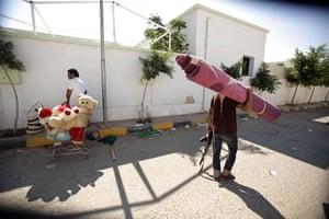 Raids in Tripoli: Libyan rebels loot from the Bab al-Aziziya compound in Tripoli