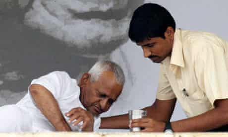 Anna Hazare is given a drink on the 11th day of his fast in New Delhi