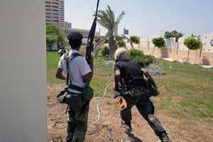 Sean Smith in Libya: 25 August: Rebel fighters try to take up position to return fire