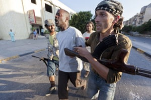 Sean Smith in Libya: 25 August: Rebels bring out prisoners being taken away from fighting