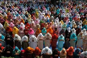 Eid al-Fitr: Srinagar, India: Kashmiri Muslims offer Eid al-Fitr prayers, Hazratbal