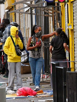 London riots day 3: Rioters are seen looting a shop in Hackney