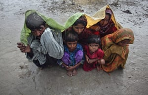 24 hours in pictures: Badin district, Pakistan: Family members, displaced by floods