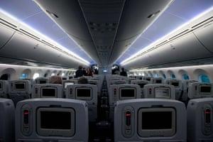 boeing 787 dreamliner: News media tour the inside