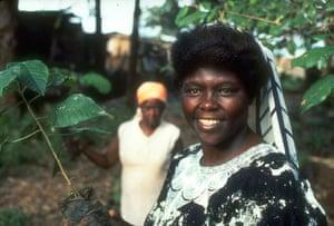 Wangari Maathai: Wangari Maathai outside her Green Belt Movement HQ in 1990