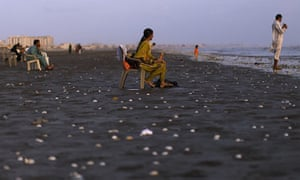 24 hours in pictures: Karachi, Pakistan: People enjoy the sunset