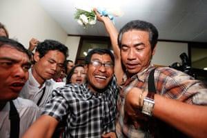 Burma prisoner released: A political prisoner waves as he arrives at Rangoon airport