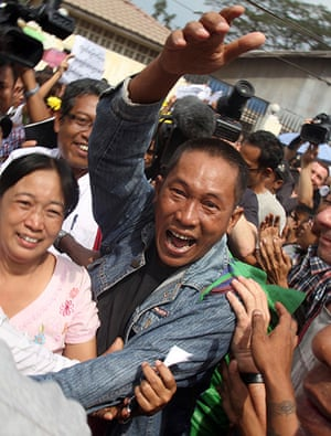 Burma prisoner released: Prisoner waves as he comes out of the Insein prison in Rangoon