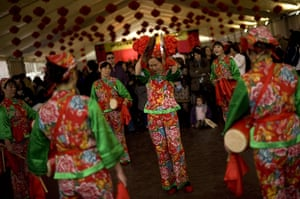 24 hours: Mijas, Spain: A traditional Chinese dance group performs a show